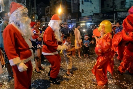 Các 'ông già Noel' nhảy múa tưng bừng cùng trẻ em. Ảnh: Lê Quân.