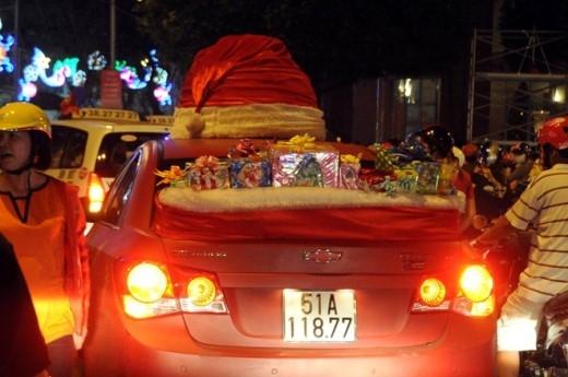 Một nhóm thanh niên mang hẳn ô tô ra đường bày quà đi dạo phố. Ảnh: Nguyễn Quang.