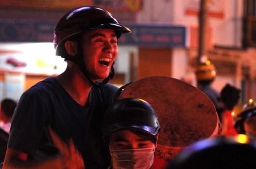 Gõ trống gây náo động như thể ăn mừng bóng đá. Ảnh: Nguyễn Quang.