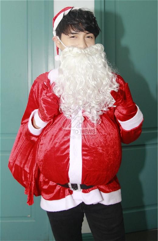Ông già Noel Ông Cao Thắng nhí nhảnh với chòm râu bạc và một cái bụng to tướng. - Tin sao Viet - Tin tuc sao Viet - Scandal sao Viet - Tin tuc cua Sao - Tin cua Sao