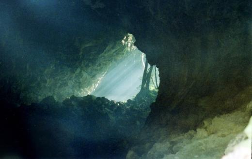 Hang lớn nhất có chiều dài gần 1.100 m, bên trong rộng hàng nghìn mét, có cấu trúc độc đáo và đặc trưng của hang động núi lửa với dòng dung nham phun ngược.