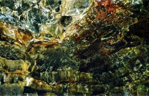 Trong hang động có nhiều cấu tạo đặc trưng cho quá trình phun trào như các ngấn dung nham, dòng chảy dung nham, hốc sụt; cùng các di tích thực vật và quá trình đông cứng dung nham bazan xảy ra cách đây hàng triệu năm.