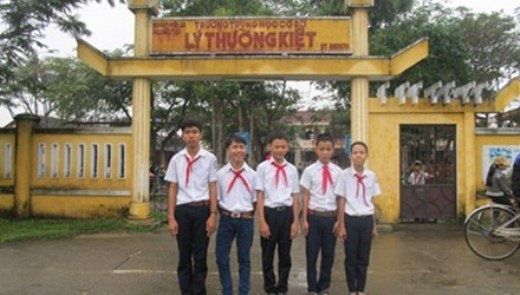 5 học sinh của trường THCS Lý Thường Kiệt nhặt được của rơi trả lại người mất - (Ảnh: Phòng GD-ĐT TP Hội An cung cấp).