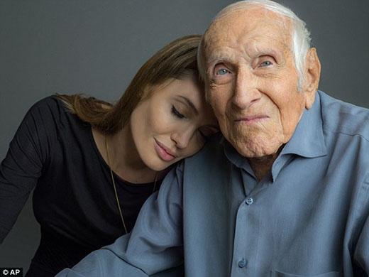 Hình ảnh của Angelina và Louis trước khi ông mất vào tháng 7 năm nay