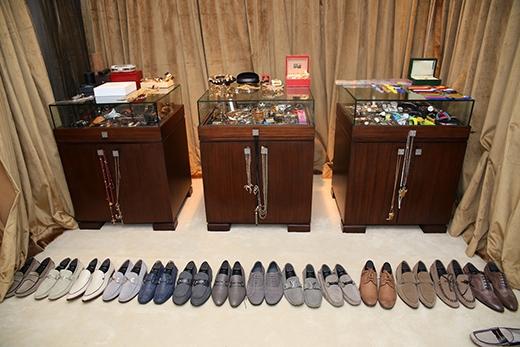 Dù đã đóng nhiều kệ, tủ khác nhau, nam ca sĩ vẫn không có đủ chỗ để cất số lượng giày ngày càng lớn dần của mình. - Tin sao Viet - Tin tuc sao Viet - Scandal sao Viet - Tin tuc cua Sao - Tin cua Sao