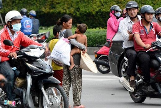 Đội quân 'cái bang' ở Sài Gòn tập trung rất nhiều phụ nữ và trẻ em người Campuchia từ các tỉnh biên giới miền Tây chuyển lên. Mỗi 'đội thường có một phụ nữ đi kèm 2-3 đứa trẻ. Hình ảnh những đứa trẻ từ vài tháng đến 2 tuổi đen nhẻm, rách rưới là 'chiêu' câu được lòng thương của người dân ở TP.HCM.