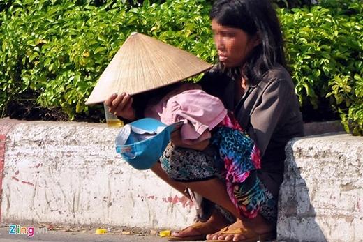 Hơn 2 năm nay, người phụ nữ này thường bế một bé gái phơi giữa nắng, mưa. Địa bàn hoạt động của người này trải dài khắp các quận Tân Bình, Tân Phú, Gò Vấp, quận 12.