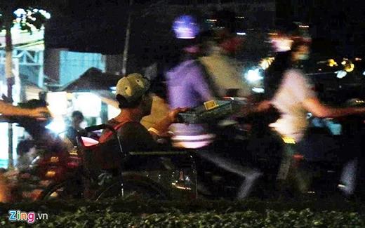 Một thanh niên khoảng 25 tuổi, bị tàn tật ăn xin tại giao lộ Nguyễn Văn Linh - đường dẫn cầu Tân Thuận. Không ngồi một chỗ như những người khác, người thanh niên này cho xe chạy tới chạy lui, len lỏi vào cả dòng xe cộ lưu thông tại đây để xin tiền. Khi xin được nhiều, anh ta sẽ gom lại đưa cho một người đàn ông ngồi gần đó, chỉ để lại vài ngàn đồng tiền lẻ. Người thanh niên cùng người đàn ông kia hoạt động tại khu vực này từ chiều tối đến khuya mỗi ngày và kiếm được khá nhiều tiền.