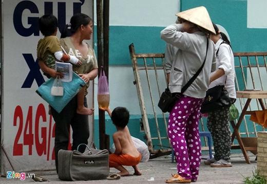 Những đứa trẻ ăn xin phải sống bên lề đường, mọi ăn uống sinh hoạt đều tại chỗ, chịu đựng nắng mưa. Để thu hút được lòng thương cảm của người dân, một số người chăn dắt còn nghĩ ra cách băng bó cho các đứa bé nhìn giống như đang bị thương.