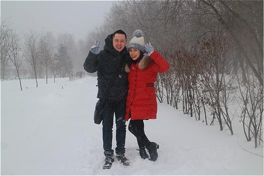 Cô cũng không quên rủ theo người bạn diễn cùng – ca sĩ Hoàng Hải cùng vi vu dưới trời tuyết.