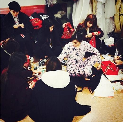 Taeyeon khoe hình Tiffany tham gia vào đội ngũ thiết kế trang phục cho nhóm và chia sẻ: 'Một cô gái đang làm việc trông thật xinh đẹp. Fany đang cùng các stylist làm việc chăm chỉ'.