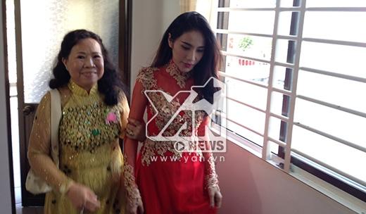 Đến 8 giờ, cô dâu Thủy Tiên diện áo dài đỏ từ từ bước ra - Tin sao Viet - Tin tuc sao Viet - Scandal sao Viet - Tin tuc cua Sao - Tin cua Sao