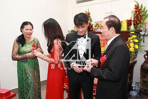 Hai vợ chồng mời nước bố mẹ. - Tin sao Viet - Tin tuc sao Viet - Scandal sao Viet - Tin tuc cua Sao - Tin cua Sao
