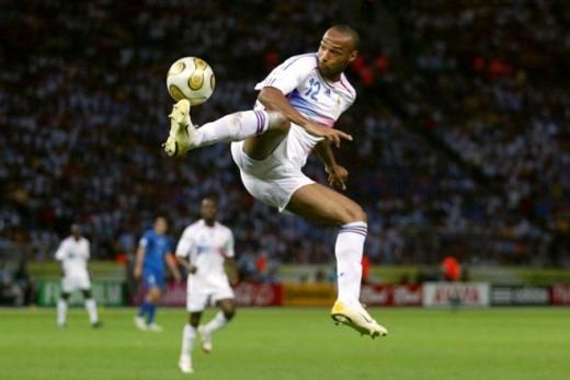Pha khống chế bóng kỹ thuật của tiền đạo Thierry Henry trong cuộc so tài với tuyển Ý ở trận chung kết World Cup 2006.
