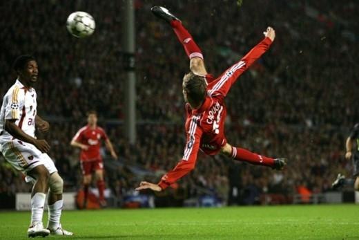 Tiền đạo Peter Crouch của Liverpool tung ra cú ngả bàn đèn tuyệt đẹp trong trận gặp Galatasaray tại Champioins League diễn ra tháng 9/2006.