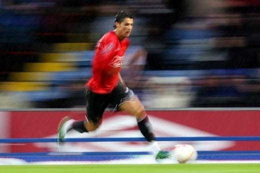 Pha bứt tốc của Cristiano Ronaldo trên sân Ewood Park của Blackburn năm 2008.
