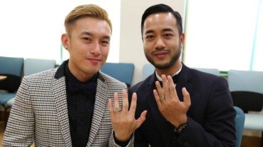Anh Yein Kai Yee (trái) và anh Sutpreedee Chinithigun, hai công dân Anh làm lễ đăng ký kết hôn tại Đại sứ quán Anh tại Hà Nội - Ảnh do Đại sứ quán Anh cung cấp