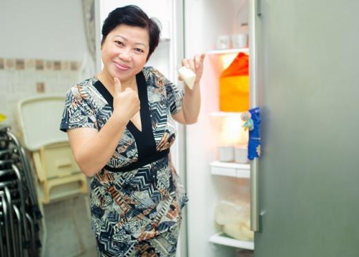 """Ngoài công việc nghệ thuật, Phi Phụng còn kiêm thêm nghề bán sữa chua tại chợ Nguyễn Tri Phương (quận 10). Món sữa chua của Phi Phụng không chỉ được bà con trong chợ ủng hộ mà còn lan đến anh em trong đoàn phim. Cô kể, nghệ sĩ Hữu Châu vài lần ăn thử """"đặc sản"""" này đã quả quyết khẳng định không có sữa chua ở đâu ngon bằng, còn Thái Hòa thỉnh thoảng lại gọi điện thoại """"đặt hàng"""" một lúc 50 bịch. - Tin sao Viet - Tin tuc sao Viet - Scandal sao Viet - Tin tuc cua Sao - Tin cua Sao"""