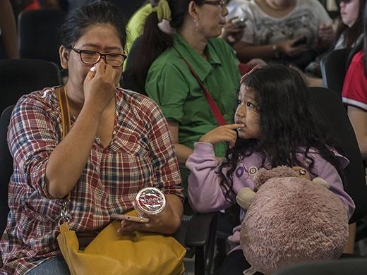 Những người thân của hành khách bị mất tích đang tập trung tại sân bay quốc tế Juanda, Surabaya, Indonesia ngay khi nghe thông tin máy bay mất tích.