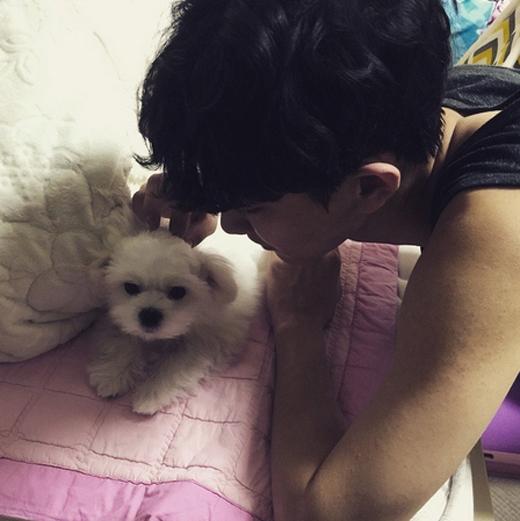 Chanyeol tranh thủ thời gian rảnh rồi để chơi đùa cùng thú cưng