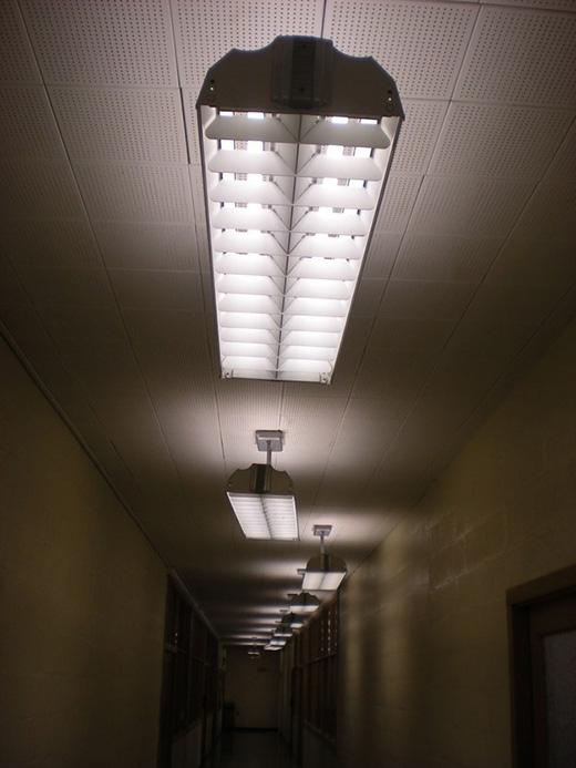 Vâng, cùng thắp sáng chỉ cho một hành lang thôi mà đèn cứ nhất định phải được sắp xếp tréo ngoe như thế này...
