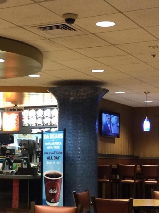 Hẳn là chiếc cột 'lấp lánh' kia nhất định phải cách trần nhà một khoảng như vậy mới được...