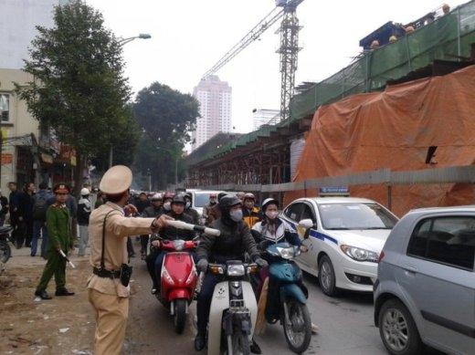 Cảnh sát phân luồng cho người dân đi qua khu vực này - Ảnh: Quang Thế
