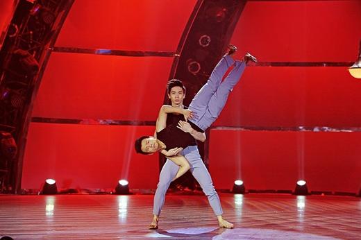 Hai vũ công nam Sơn Lâm - Đức Tiến kể câu chuyện tình yêu đồng giới cảm động. Sơn Lâm vào vai chàng trai nhà giàu, Sơn Lâm lại nghèo khó. Trên đường đời, họ gặp nhau, yêu nhau và nhờ sức mạnh của tình yêu, họ vượt qua mọi khó khăn.