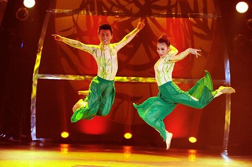 Phạm Lịch còn bắt cặp cùng Đức Tiến trong bài nhảy dân gian đương đại. Cặp đôi thể hiện biểu tượng cây tre Việt Nam.