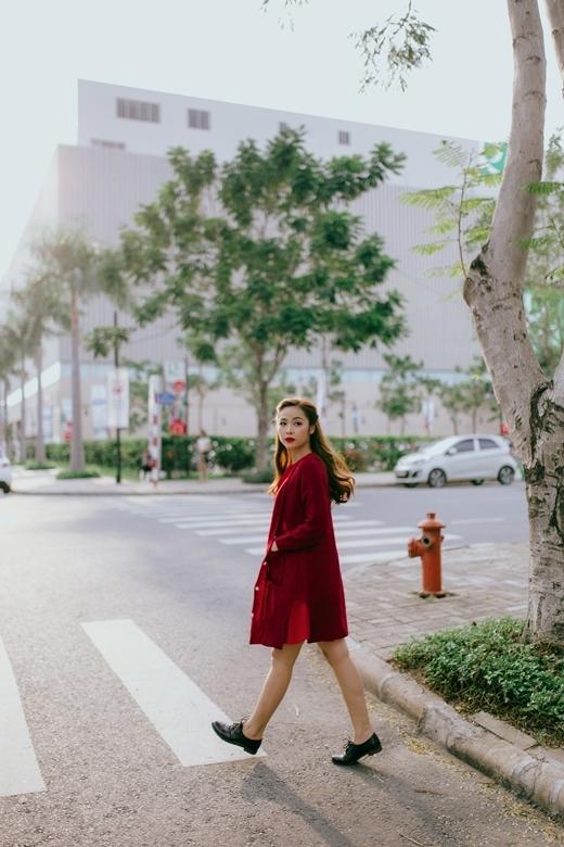 Xu hướng kết hợp chung các trang phục mùa đông và mùa hè cũng giúp bạn tạo ra những set đồ cá tính và hợp thời trang. Chỉ cần khoác thêm một chiếc áo len oversized là chiếc đầm đỏ đơn giản của bạn đã trở nên mới lạ và thu hút hơn hẳn.