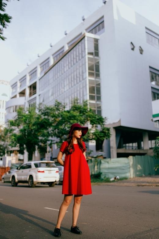 Nón rộng vành, khăn len và giày oxford cũng có thể trở thành bạn đồng hành đáng yêu của những chiếc đầm đỏ.