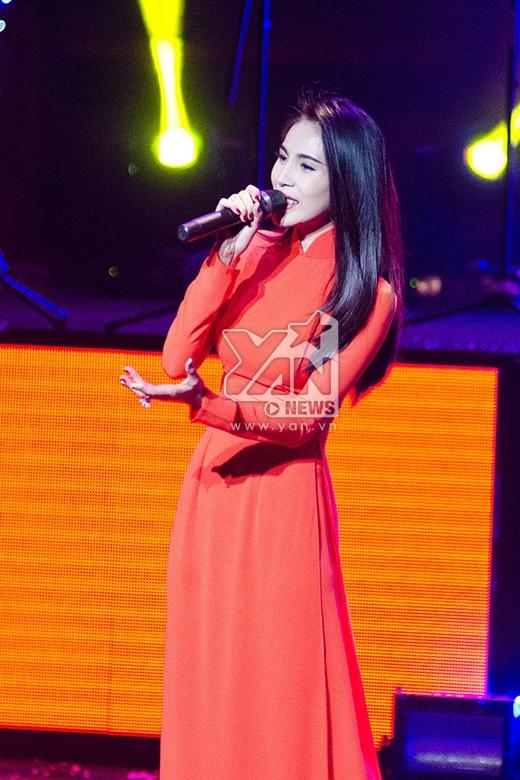 Trong chương trình, Thủy Tiên mang đến ca khúc 'Xinh tươi Việt Nam'. - Tin sao Viet - Tin tuc sao Viet - Scandal sao Viet - Tin tuc cua Sao - Tin cua Sao