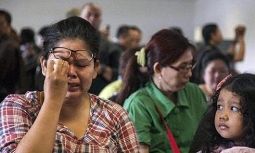Thân nhân các hành khách trên chuyến bay số hiệu QZ8501 bị mất tích chờ đợi tại sân bay. Ảnh: Twitter