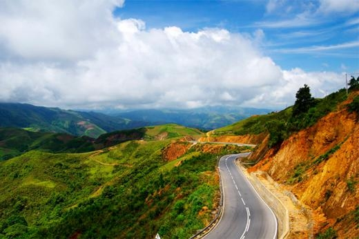 Nối liền Sơn La và Lai Châu, con đèo này uốn lượn qua 32km đường với một bên là núi cao, một bên là vực thẳm.