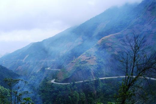 Một trong những con đèo qua đỉnh Khau Phạ có thể gây khiếp sợ cho các lái xe với độ dốc, đặc biệt là vào ngày mây mù vì không có rào chắn hay biển báo hiệu bên đường nào.