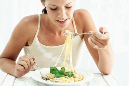 """Khi bạn ăn chậm, não sẽ kịp nhận tín hiệu """"no"""" từ dạ dày, khiến bạn ăn ít hơn."""
