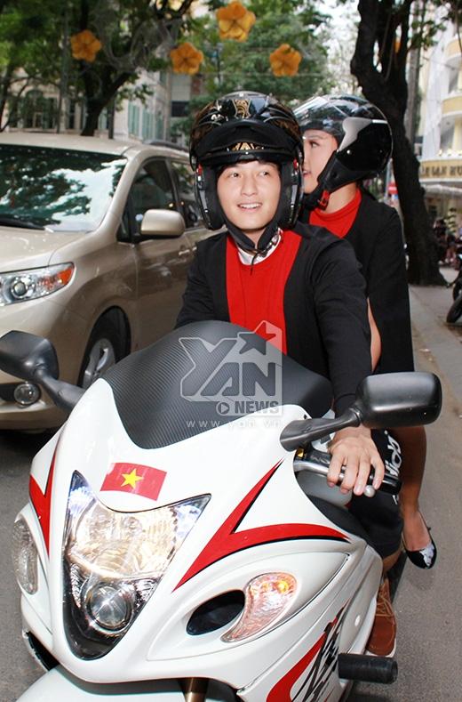 Huỳnh Anh cùng bạn gái đến tham dự họp báo bằng chiếc mô tô khủng thu hút sự chú ý của đông đảo khán giả có mặt tại sự kiện - Tin sao Viet - Tin tuc sao Viet - Scandal sao Viet - Tin tuc cua Sao - Tin cua Sao
