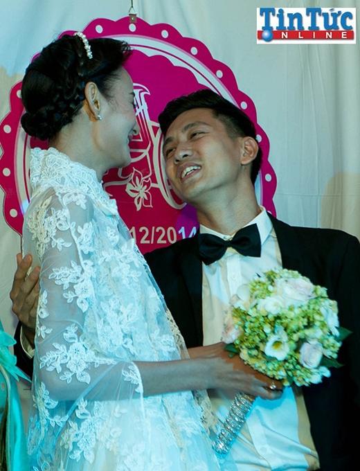Cô dâu chú rể không ngần ngại hôn nhau đắm đuối khi được tất cả mọi người cổ vũ. - Tin sao Viet - Tin tuc sao Viet - Scandal sao Viet - Tin tuc cua Sao - Tin cua Sao