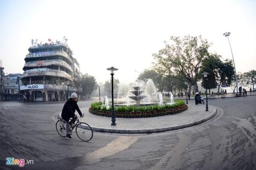 7h sáng tại quảng trường Đông Kinh Nghĩa Thục, khung cảnh thanh bình yên tĩnh chưa bị phá vỡ bởi người và xe.