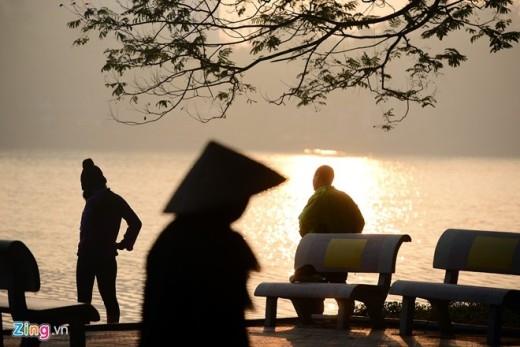 Người dân tập thể dục buổi sáng quang hồ Gươm đón những tia nắng ấm đầu tiên của năm mới.