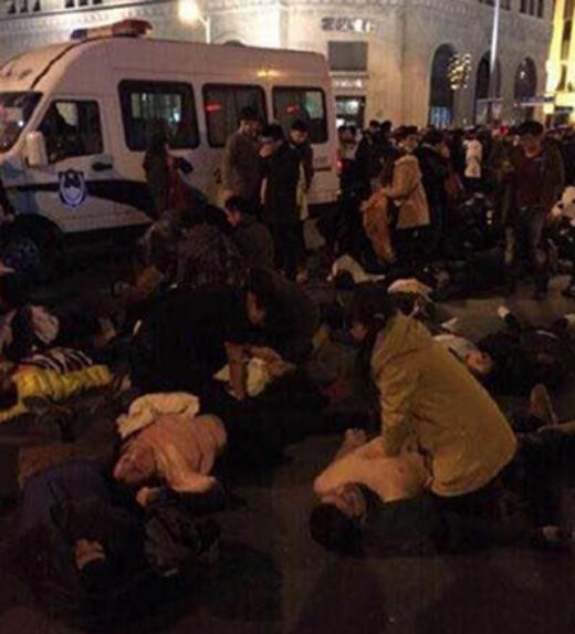 Các nhân chứng cho biết cảnh sát đã được điều động để đối phó với vụ việc. Họ nắm tay thành một hàng rào để tạo ra không gian cứu chữa cho những người bị thương. Tuy nhiên, hàng rào này nhiều lần bị đám đông phá vỡ. Ảnh: Weibo