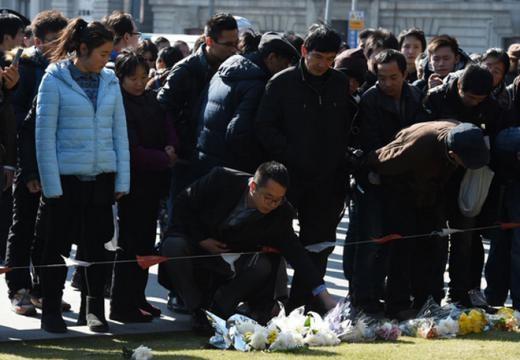 Người dân đặt hoa tưởng niệm các nạn nhân tại hiện trường vụ giẫm đạp vào sáng nay. Những người dùng mạng Trung Quốc đang truy tìm thủ phạm ném số tiền đôla trên và nghi ngờ tập trung vào một nữ blogger. Cô gái này đã tuyên bố sẽ 'ném tiền' trong một bài viết được đăng tải vào lúc 11h30 tại chính câu lạc bộ đêm Bund No.18, ngay trước khi thảm kịch xảy ra. Tuy nhiên, blogger sau đó phủ nhận mình là thủ phạm và cho hay đã trình báo với cảnh sát để 'họ trả lại sự công bằng cho chúng tôi'. Ảnh: Straits times