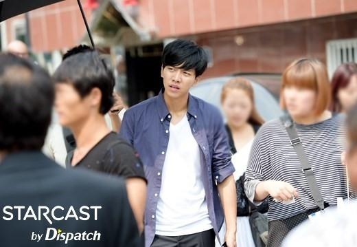 Có thể cảm nhận được thời tiết oi bức 33 độ mà Lee Seung Gi và đoàn làm phim You're All Surrounded phải chịu đựng trong quá trình quay phim.