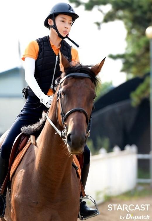 Nổi tiếng với hình tượng dịu dàng, đáng yêu là thế nhưng sở thích của cô nàng Goo Hara chính là cưỡi ngựa vào thời gian rảnh.