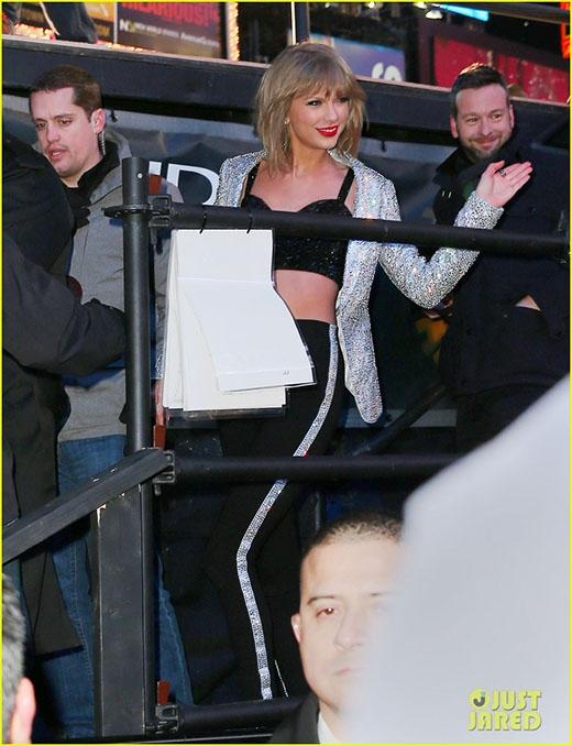 Taylor thân thiện vẫy chào fan