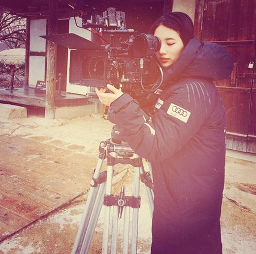 Suzy bất ngờ thích thú với vai trò quay phim. Cô nàng nghịch máy quay trong lúc nghỉ giải lao trong giờ quay phim.