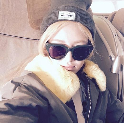 Hyoyeon đăng tải hình tự sướng trên máy bay và gửi lời nhắn tiếng hoa đến các fan ở Thượng Hải, cô viết: 'Đi Thượng Hải. Tối nay gặp nhau nhé các bạn'.