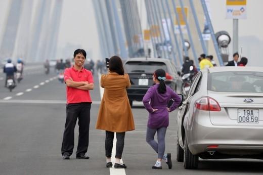 Không chỉ là người dân ở các xã Vĩnh Ngọc, Nam Hồng gần đó mà còn có cả những người đi xe biển Phú Thọ về tham quan.
