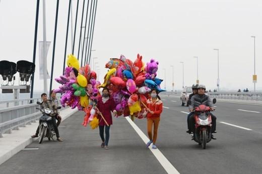 Lực lượng bán rong bóng bay lên cầu chào mời khách hàng như ngày Tết.