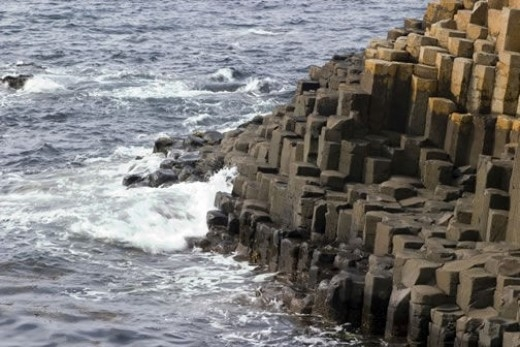 Bãi biển Con đường Người Khổng lồ, Bắc Ireland: Du khách tới đây sẽ được chiêm ngưỡng gần 40.000 trụ đá lớn nhỏ xếp lại thành một con đường dài vài nghìn mét, cảnh đẹp vô cùng choáng ngợp. Theo nghiên cứu của các nhà địa chất, cảnh quan được hình thành từ việc núi lửa kỷ thứ ba (Tertiary) liên tục phun trào. Đây hiện là một trong các di sản thiên nhiên của thế giới.